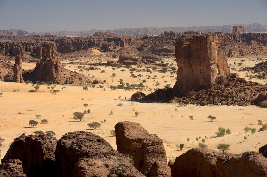 0005 Das Ennedi-Gebirge gilt als das entlegenste Gebirge der Sahara, liegtim Nordosten des Tschad und stellt ein Plateau-Bergland dar.